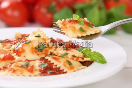 ravioli, nudeln, essen, mit, tomaten, sauce - 13836299