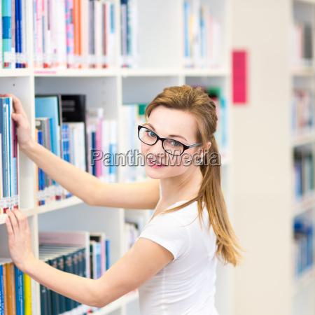 huebsche weibliche college student in einer