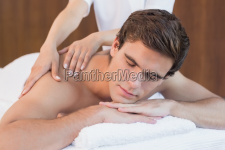 junge menschen erhalten schulter massage im