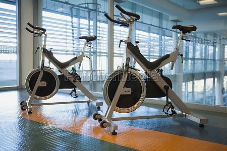 spin fahrraeder im fitnessstudio