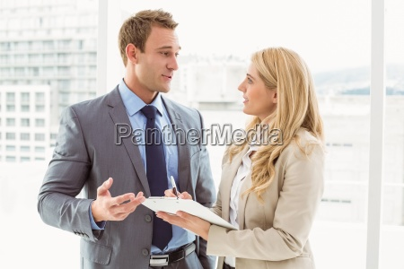 geschaeftsmann der mit seinem sekretaer spricht