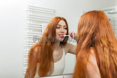 attraktive junge frau morgens beim zaehne