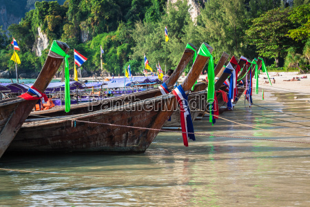 traditionelle thai boot auf railay strand