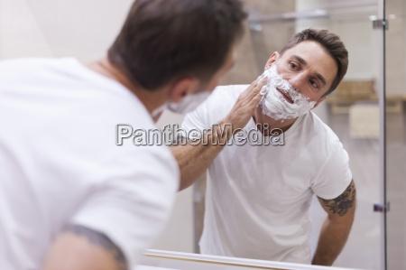 vorbereitendes gesicht fuer die taegliche rasur