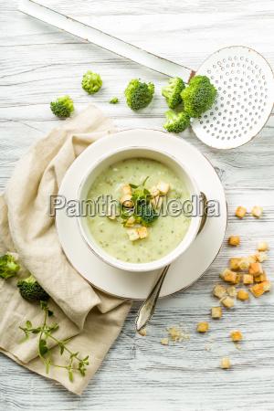 frische brokkolisuppe mit croutons