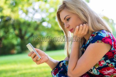 frau im park beim online dating
