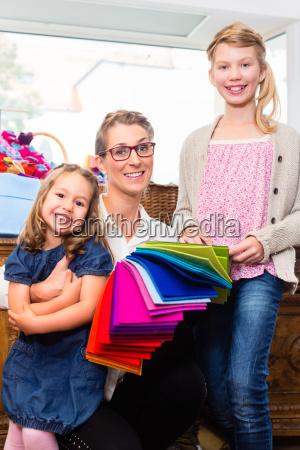 familie kauft bastelbedarf im hobby laden