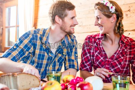 mann und frau essen brotzeit auf