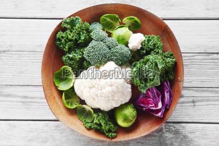 frischer brokkoli blumenkohl und kohl auf