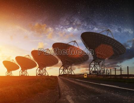 radioteleskop sehen in der nacht