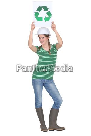 handwerkerin mit recycling label