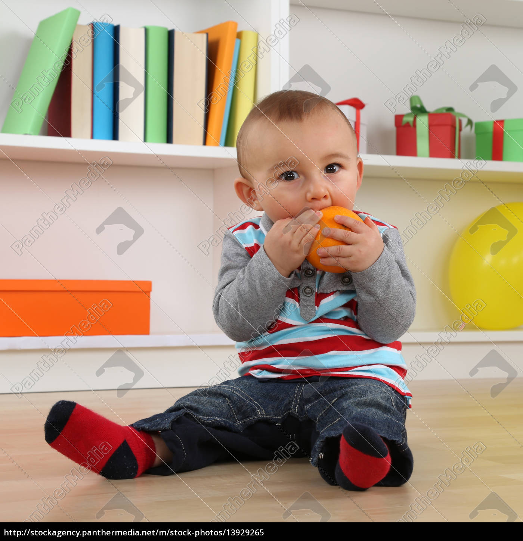 kleines, baby, isst, eine, orange, frucht - 13929265