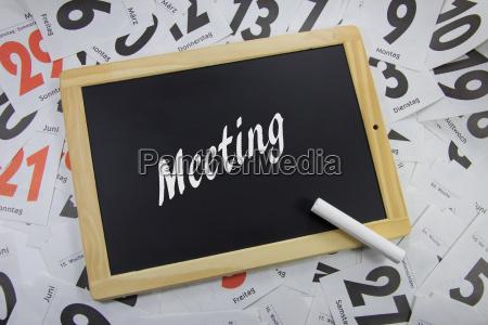 meetingauf eine tafel geschrieben