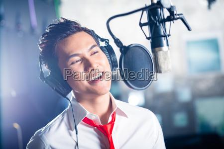 produzierendes lied des asiatischen maennlichen saengers