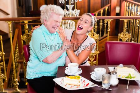 grossmutter und enkelin bei kaffe im