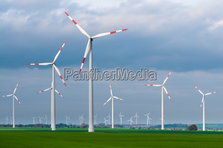windpark an einem windigen tag windenergie