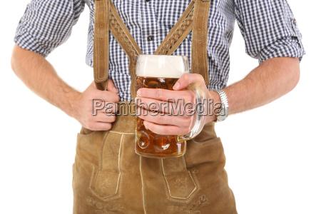 mann in tracht mit bierkrug