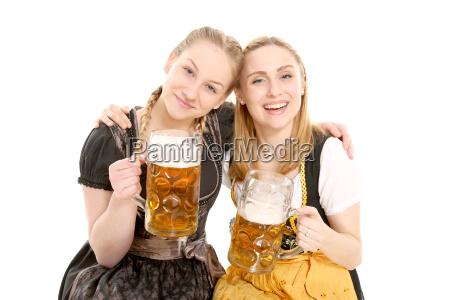 freundinnen in tracht mit bierkrug