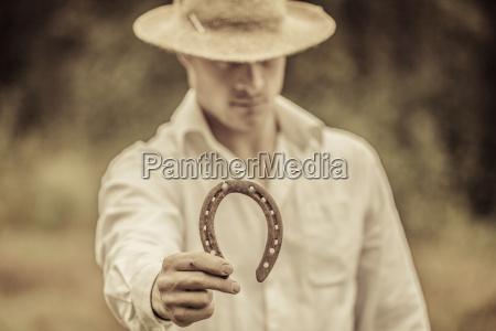 lucky farmer haelt ein hufeisen