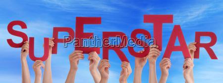 viele menschen hand in hand red