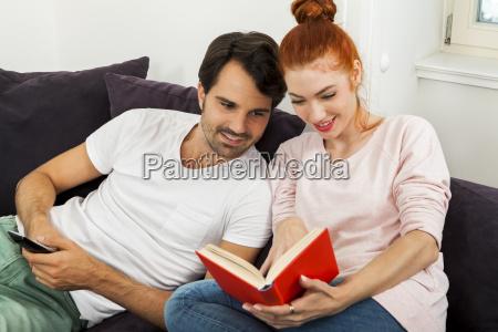 junges liebespaar ehepaar im wohnzimmer auf