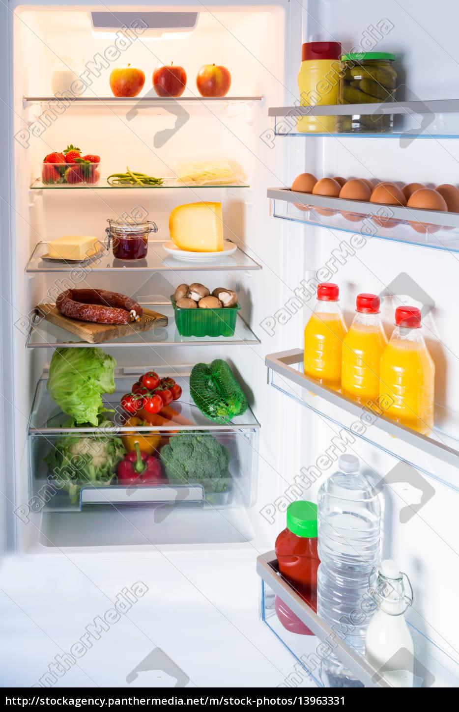 Geöffneter Kühlschrank gefüllt mit Lebensmitteln - Lizenzfreies ...