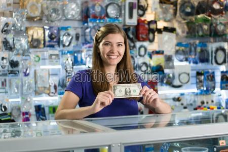 glueckliche weibliche computer shop besitzer zeige