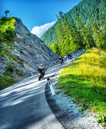 bikers tour entlang alpen