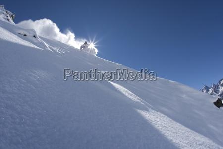 ein skifahrer schnitzt in chile in