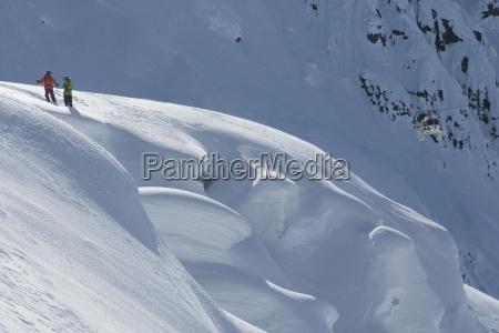 zwei skifahrer warten darauf mit einem