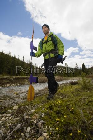 ein junger mann mit einem paddel