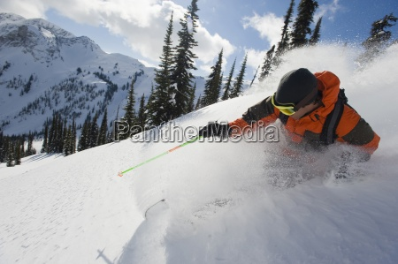 ein junger mann skifahrer ski den