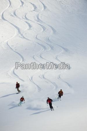 eine gruppe von touren skifahrer folgen