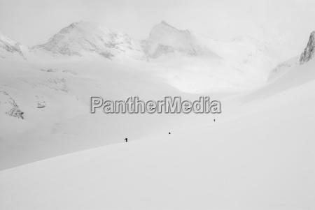 eine gruppe backcountry skifahrer tourt durch