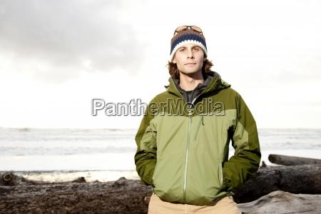 portraet von jungen outdoorsy mann in