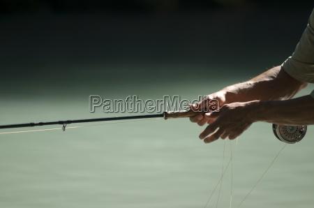 fischerhaende halten eine fliegenfischrute squamish british