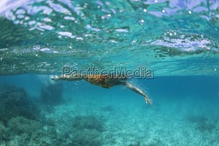 unterwasseransicht eines schwimmers ein entspannendes bad