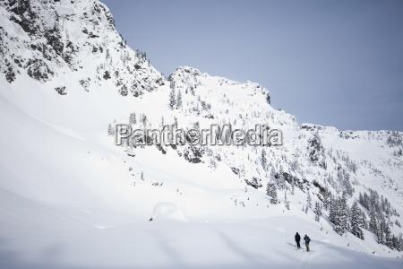 zwei skifahrer im hinterland an einem