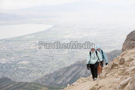 zwei weibliche wanderer in der naehe