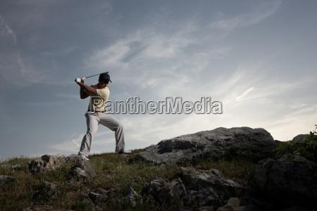 eine maennliche golfer schwingen seinem verein