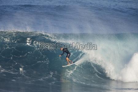 ein surfer in der roehre bei