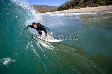ein maennlicher surfer staenden fuer ein