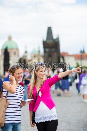zwei huebsche junge frauen sightseeing in