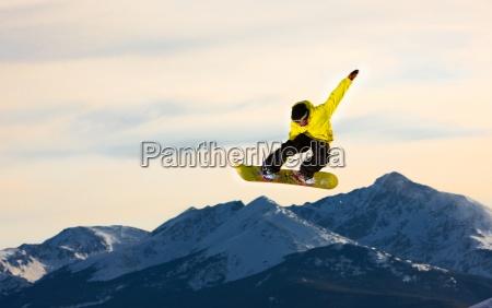 jumping snowboarder flyver gennem luften