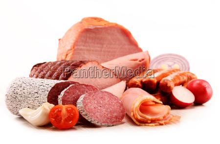 fleischprodukte wie schinken und wurst auf