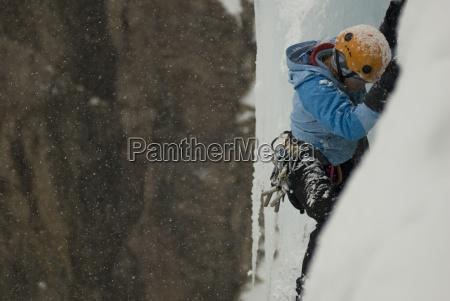eine professionelle eis weibliche kletterer klettern