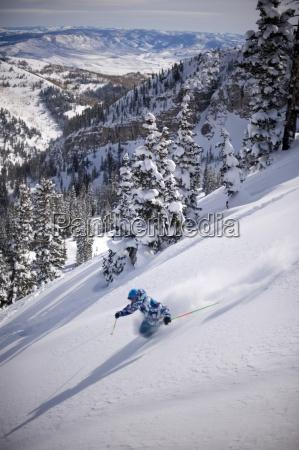mann skifahren tiefen pulver alta utah