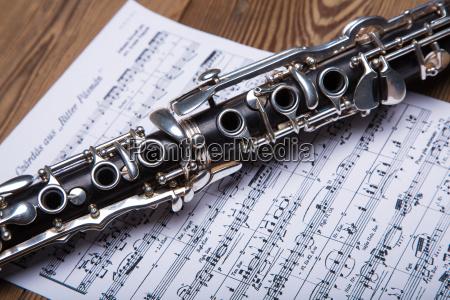 klarinette platziert am notenblatt