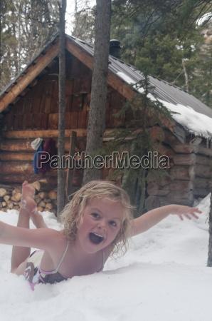 ein junges maedchen roll im schnee