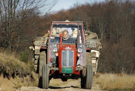 der aeltere herr einen traktor mit